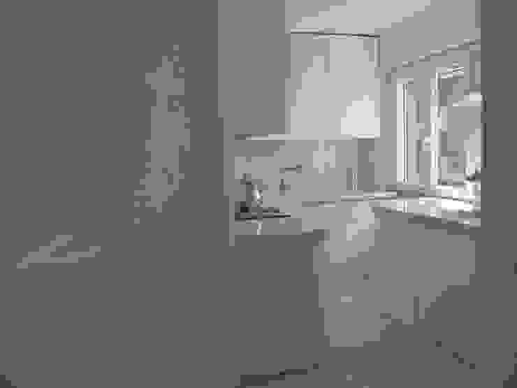 Una morbida scatola bianco Optical di Architetto Andrea Madonna Moderno