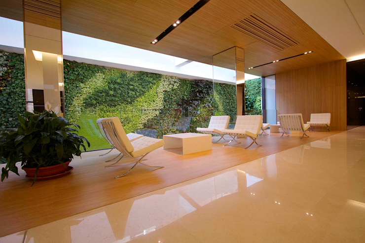 Sundar Italia _ giardino verticale homify Complesso d'uffici moderni