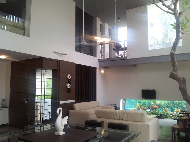 ANAND RESIDENCE Modern living room by Muraliarchitects Modern