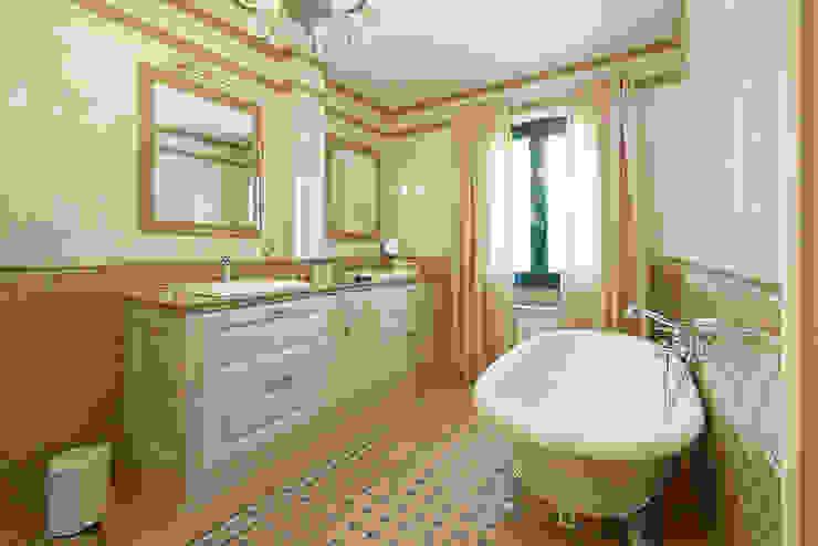 Ванная комната с двумя раковинами Ванная в классическом стиле от ODEL Классический