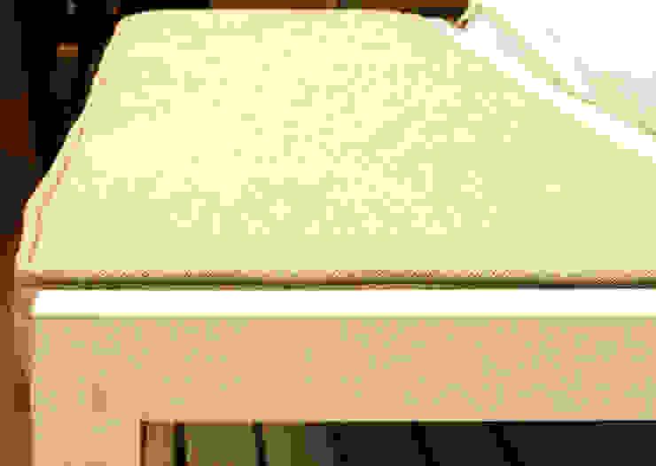 Banco de madera lacada en blanco y tapizado de lino de Cube Deco Escandinavo