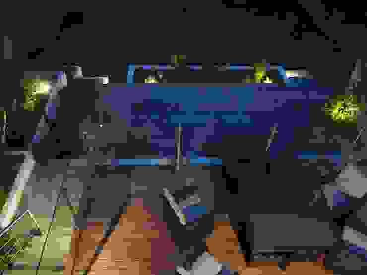 Hardwood Deck Balkon, Beranda & Teras Modern Oleh Borrowed Space Modern