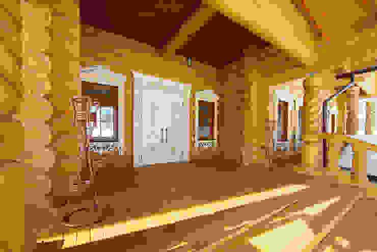 Крыльцо рубленного дома в русском стиле Дома в рустикальном стиле от ODEL Рустикальный