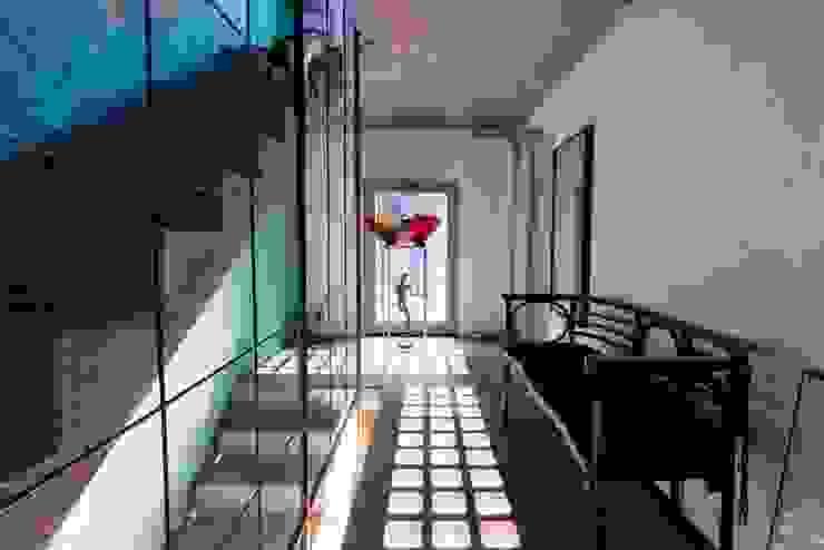 Corridor, hallway by Emilia Barilli Studio di Architettura