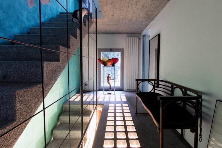 Industrial style corridor, hallway and stairs by Emilia Barilli Studio di Architettura Industrial