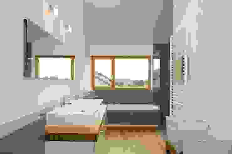 Haus Brunner Moderne Badezimmer von architektur + raum Modern