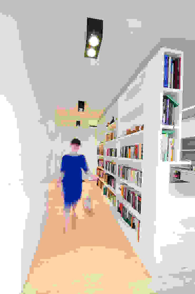 Mieszkanie na Sadach Żoliborskich Minimalistyczny korytarz, przedpokój i schody od STOPROCENT Architekci Minimalistyczny