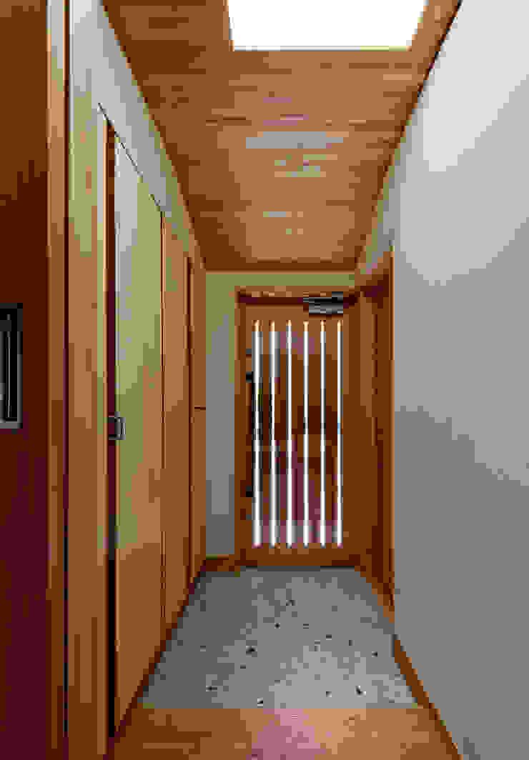 Modern corridor, hallway & stairs by 磯村建築設計事務所 Modern
