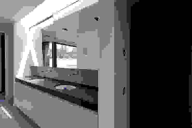 Woning VAWE Minimalistische badkamers van areal architecten cvba Minimalistisch