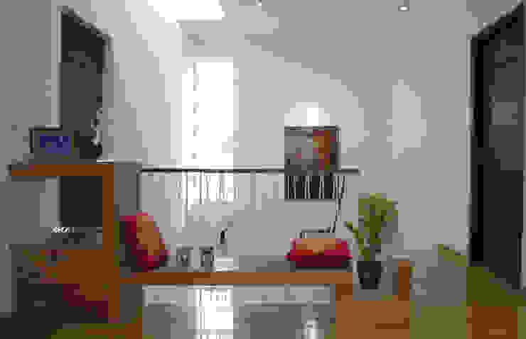 Mr.RAMKUMAR RESIDENCE , UTTRAHALLI, BANGALORE Modern corridor, hallway & stairs by perspective architects Modern