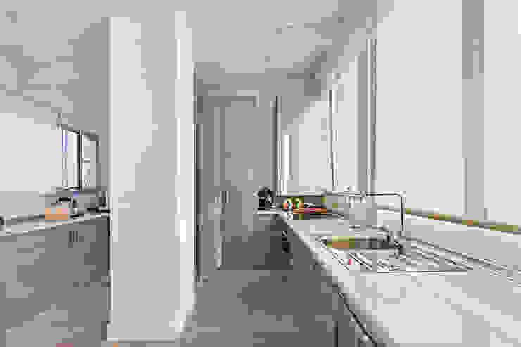 Modern kitchen by DISEÑO Y ARQUITECTURA INTERIOR Modern