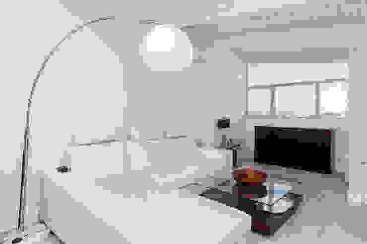 غرفة المعيشة تنفيذ DISEÑO Y ARQUITECTURA INTERIOR,