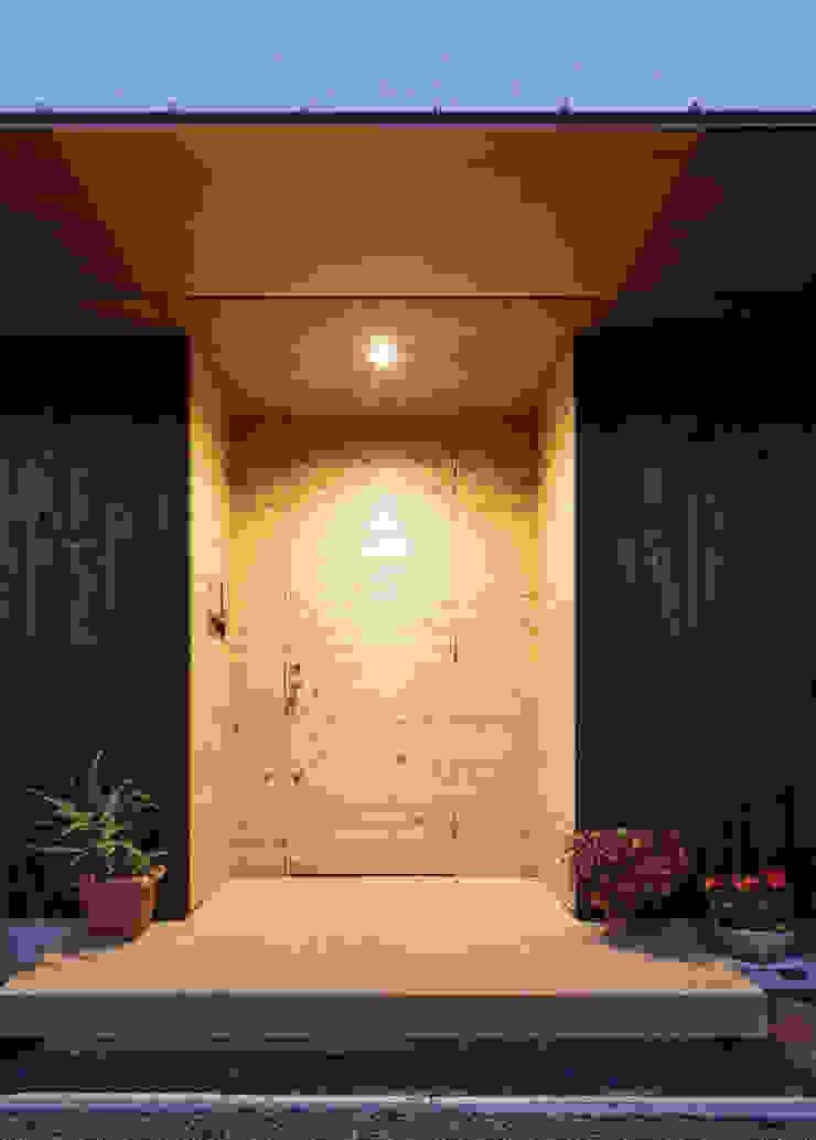 杉をつかったすっきりした玄関 モダンスタイルの 玄関&廊下&階段 の m・style 一級建築士事務所 モダン 木 木目調