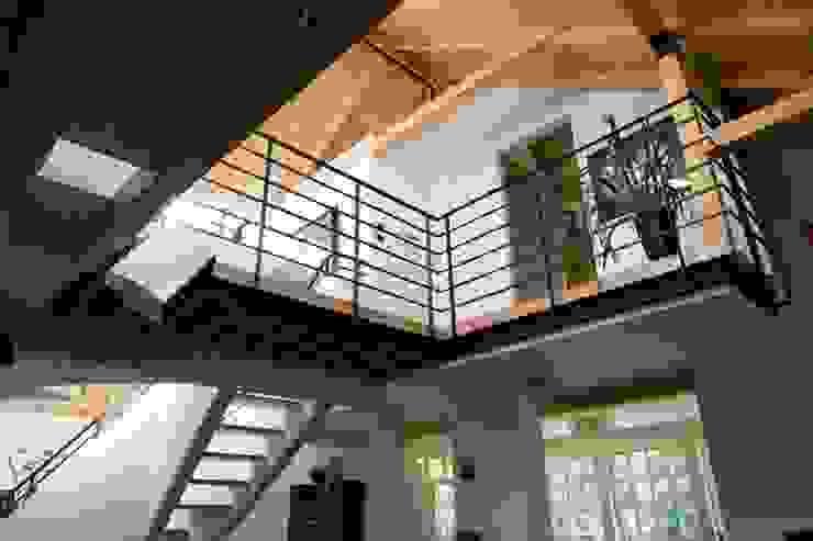 Pasillos, vestíbulos y escaleras de estilo ecléctico de Marek Rytych Ecléctico