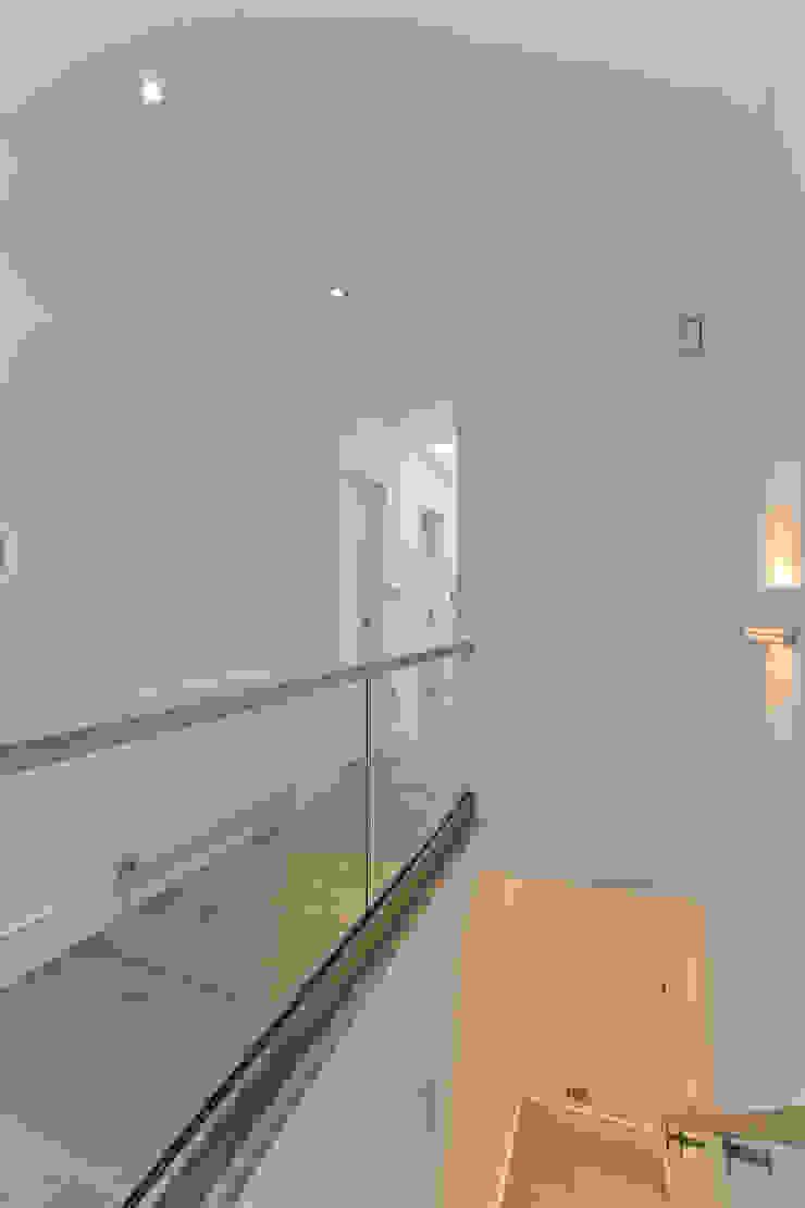 Hallway Modern corridor, hallway & stairs by Temza design and build Modern