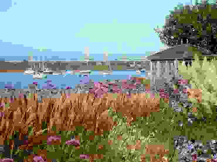 Coastal garden and summerhouse Modern garden by Roger Webster Garden Design Modern