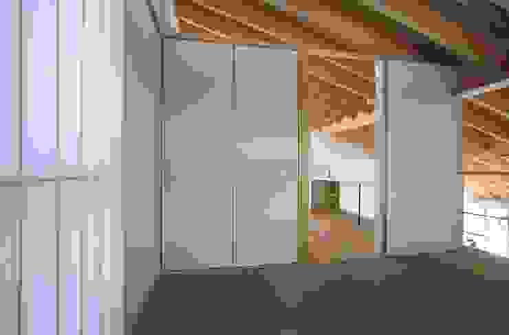 真駒内土間のある家 モダンスタイルの寝室 の 株式会社 遠藤建築アトリエ モダン