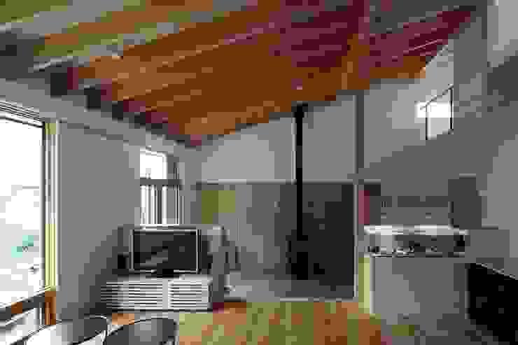真駒内土間のある家 モダンデザインの リビング の 株式会社 遠藤建築アトリエ モダン