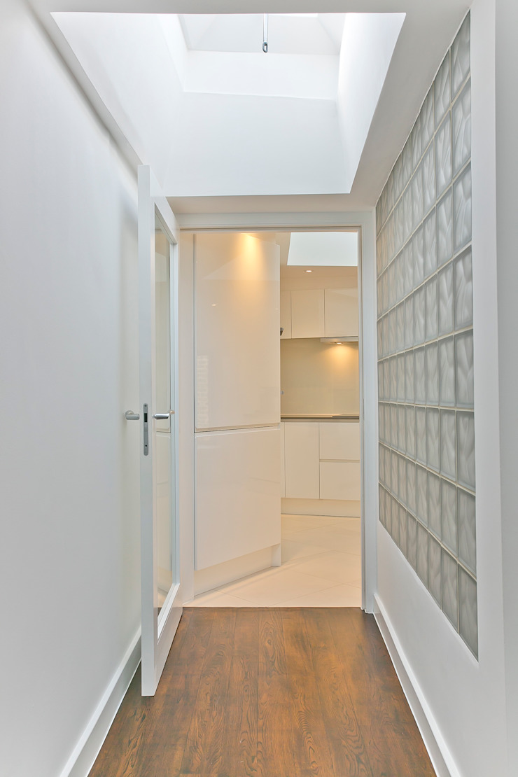 Entrance to the kitchen Modern corridor, hallway & stairs by Temza design and build Modern