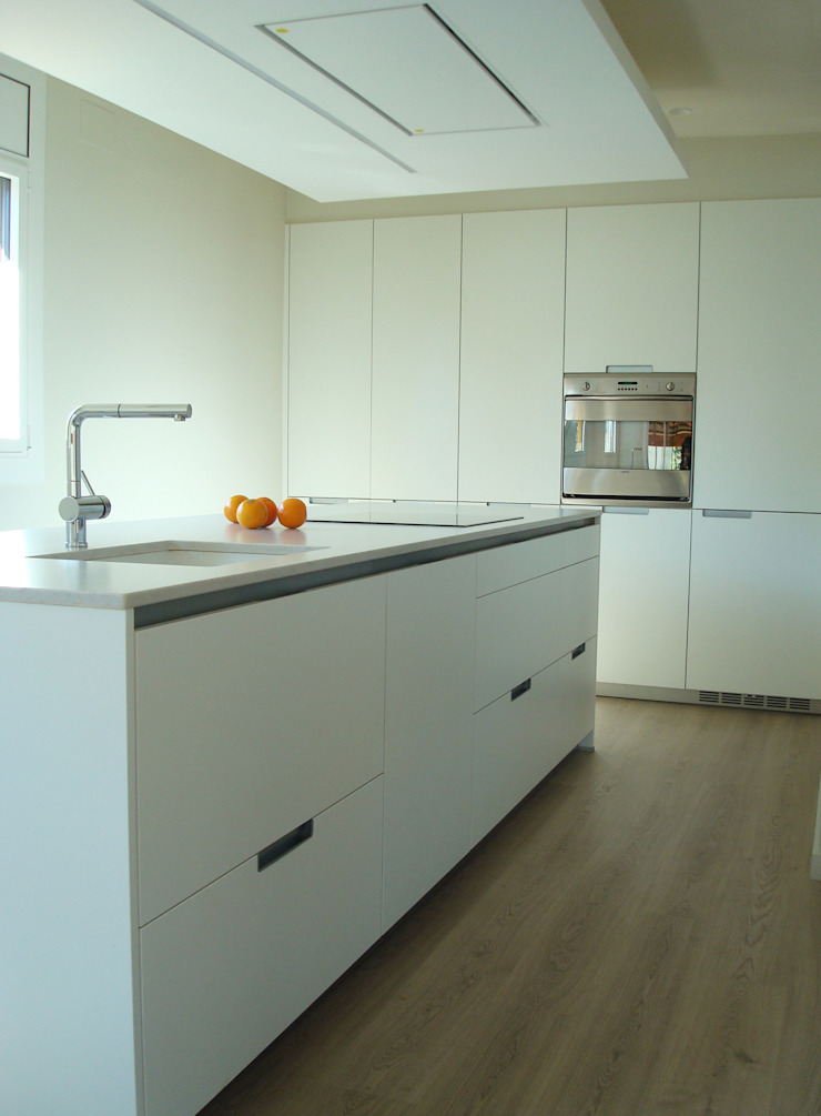 Modern Kitchen by COCINAS SANTOS Modern