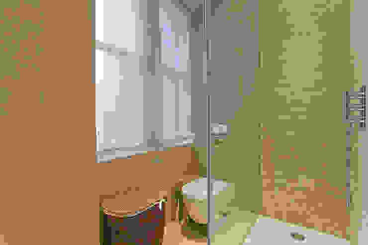 Bathroom 1 view de Temza design and build Moderno