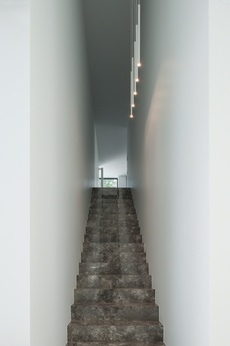 DM Residence Moderne gangen, hallen & trappenhuizen van CUBYC architects Modern