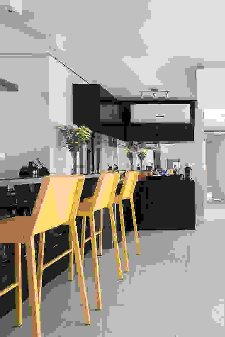 Bancada Bar Salas de jantar modernas por Blacher Arquitetura Moderno