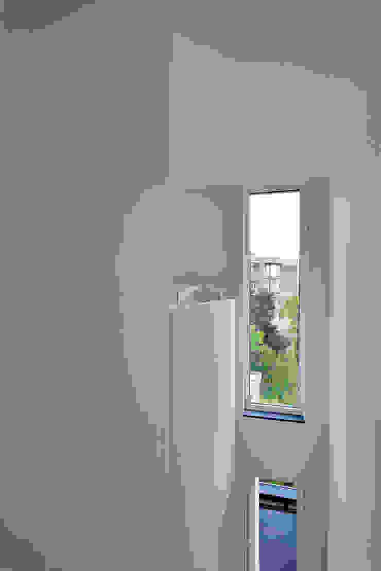 atelier d'architecture FORMa* Minimalist corridor, hallway & stairs