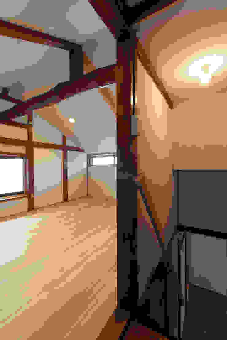 築50年の木構造と新しい床材 和風スタイルの 壁&フローリングデザイン の 結人建築設計事務所 和風