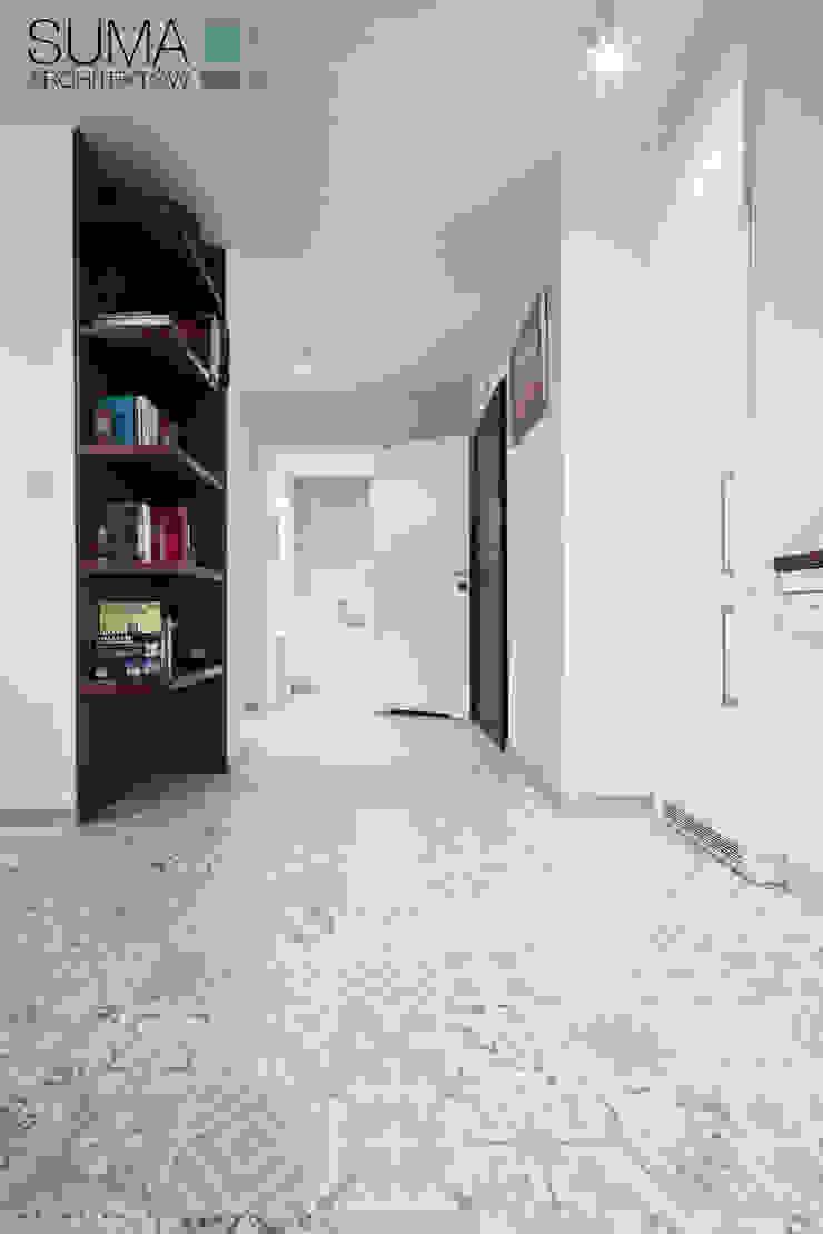 BLUE ONE Nowoczesny korytarz, przedpokój i schody od SUMA Architektów Nowoczesny