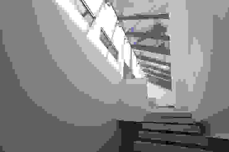 Dom pod Poznaniem Nowoczesny korytarz, przedpokój i schody od Neostudio Architekci Nowoczesny