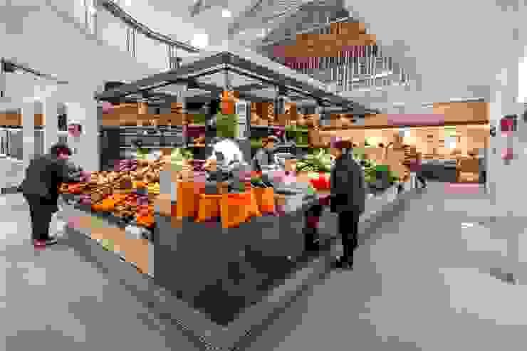 Islas de pescado e isla de fruta y verdura Centros comerciales de estilo moderno de b+t arquitectos Moderno