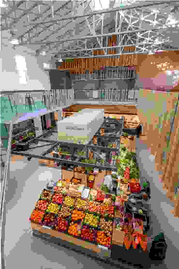 Espacio lúdico-gastronómico e isla de fruta y verdura Espacios comerciales de estilo moderno de b+t arquitectos Moderno