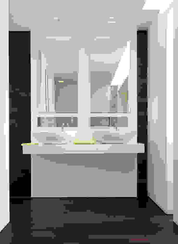Hout op de vloer en tegen de wand Moderne badkamers van Pruysen Parket BV Modern