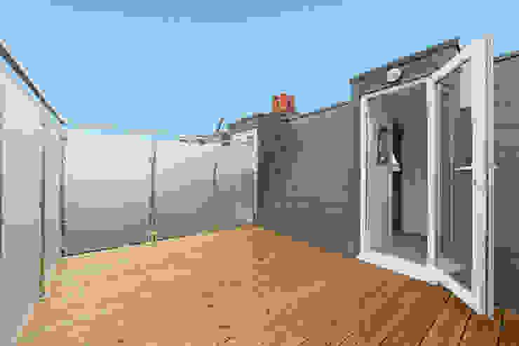 mansard loft conversion fulham Balcones y terrazas de estilo moderno de homify Moderno
