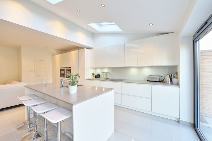 kitchen rear extension ealing with pitched roof 現代廚房設計點子、靈感&圖片 根據 homify 現代風
