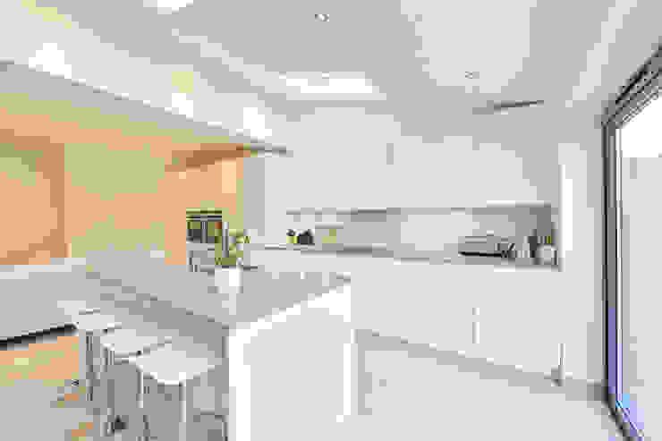kitchen rear extension ealing with pitched roof Nhà bếp phong cách hiện đại bởi homify Hiện đại