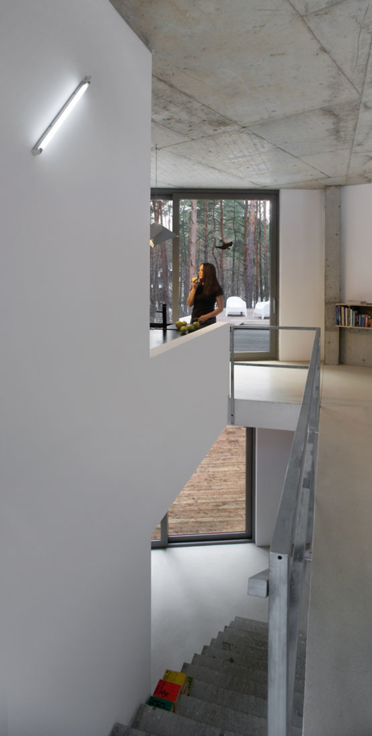 Minimalist corridor, hallway & stairs by ANONIMOWI ARCHITEKCI Minimalist