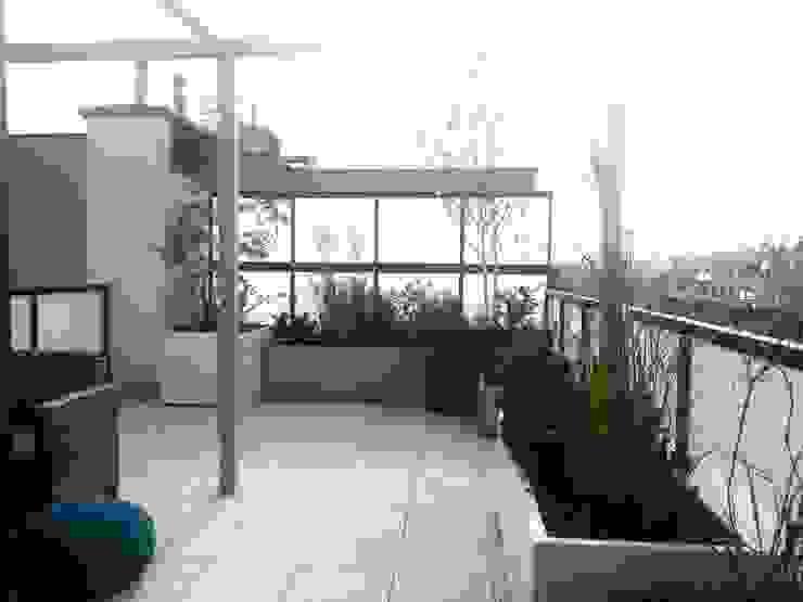 Taras pod niebem Industrialny balkon, taras i weranda od GREENERIA Industrialny