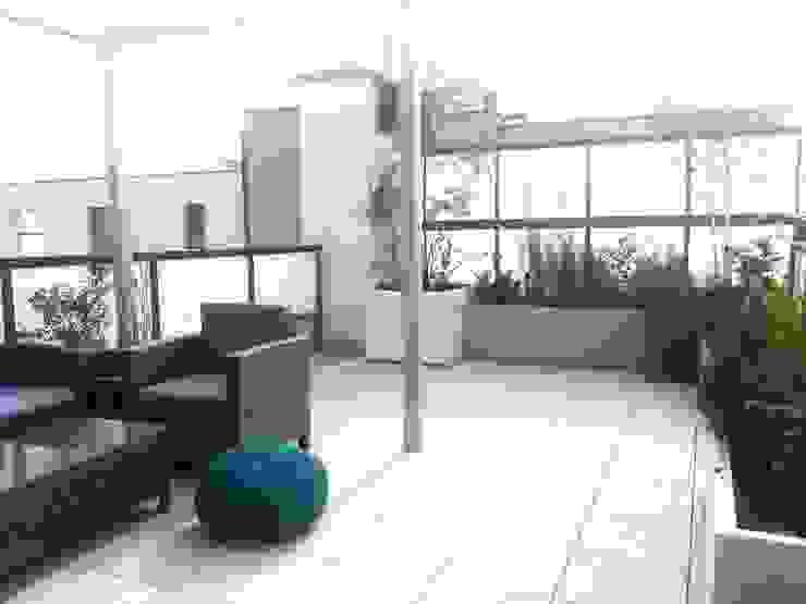 Taras pod niebem Minimalistyczny balkon, taras i weranda od GREENERIA Minimalistyczny
