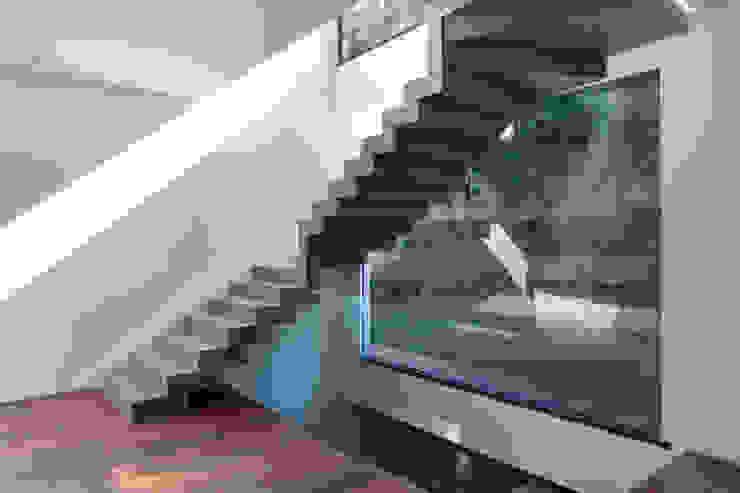 House in Rio Minimalist corridor, hallway & stairs