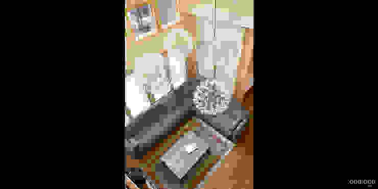 Вид с балкона второго этажа Гостиная в стиле минимализм от oneione Минимализм