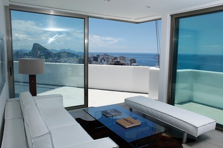 Modern living room by House in Rio Modern
