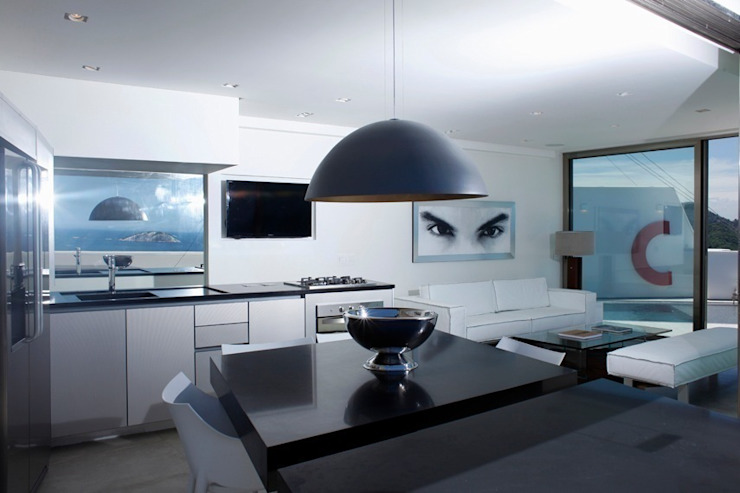 Modern dining room by House in Rio Modern