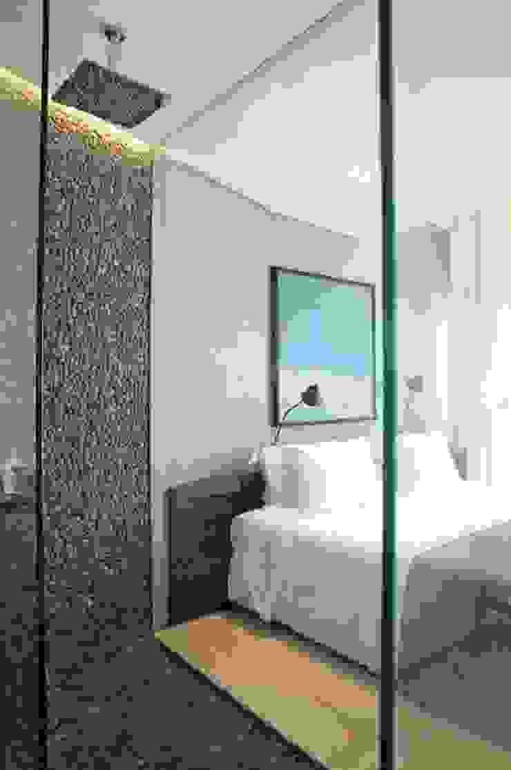 Modern bathroom by House in Rio Modern