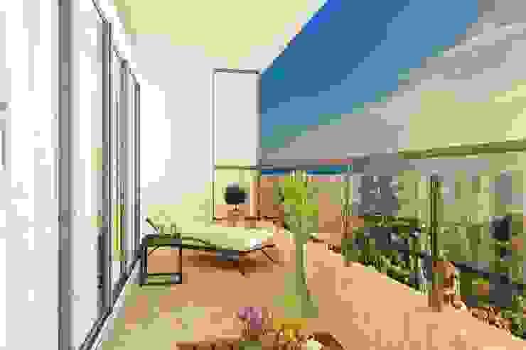 Яркая квартира в Сочи Балконы и веранды в эклектичном стиле от Универсальная история Эклектичный