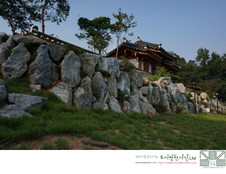 기단으로서의 석축/남양홍씨 대호군파 재실정원 아시아스타일 정원 by Urban Garden AIN.Ltd 한옥