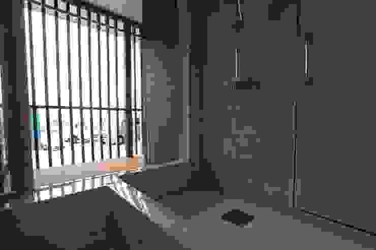 バイク乗りのためのガレージハウス オリジナルスタイルの お風呂 の 徳増建築設計事務所 オリジナル