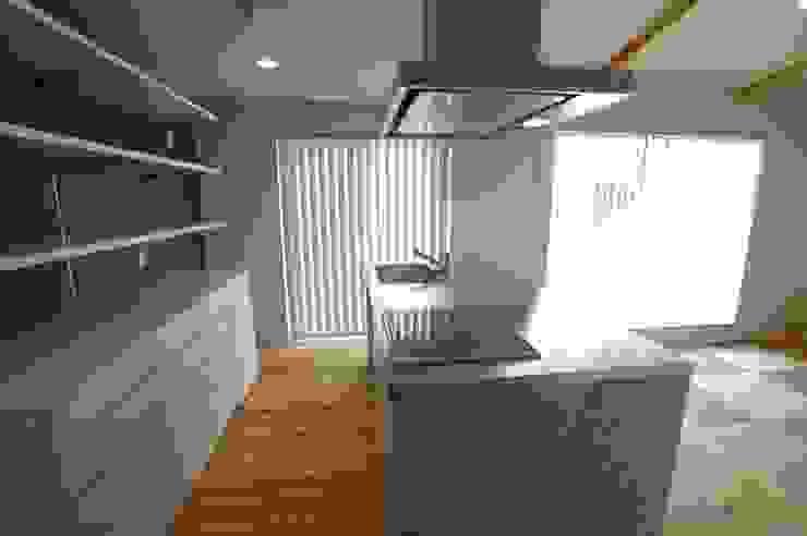 バイク乗りのためのガレージハウス オリジナルデザインの キッチン の 徳増建築設計事務所 オリジナル