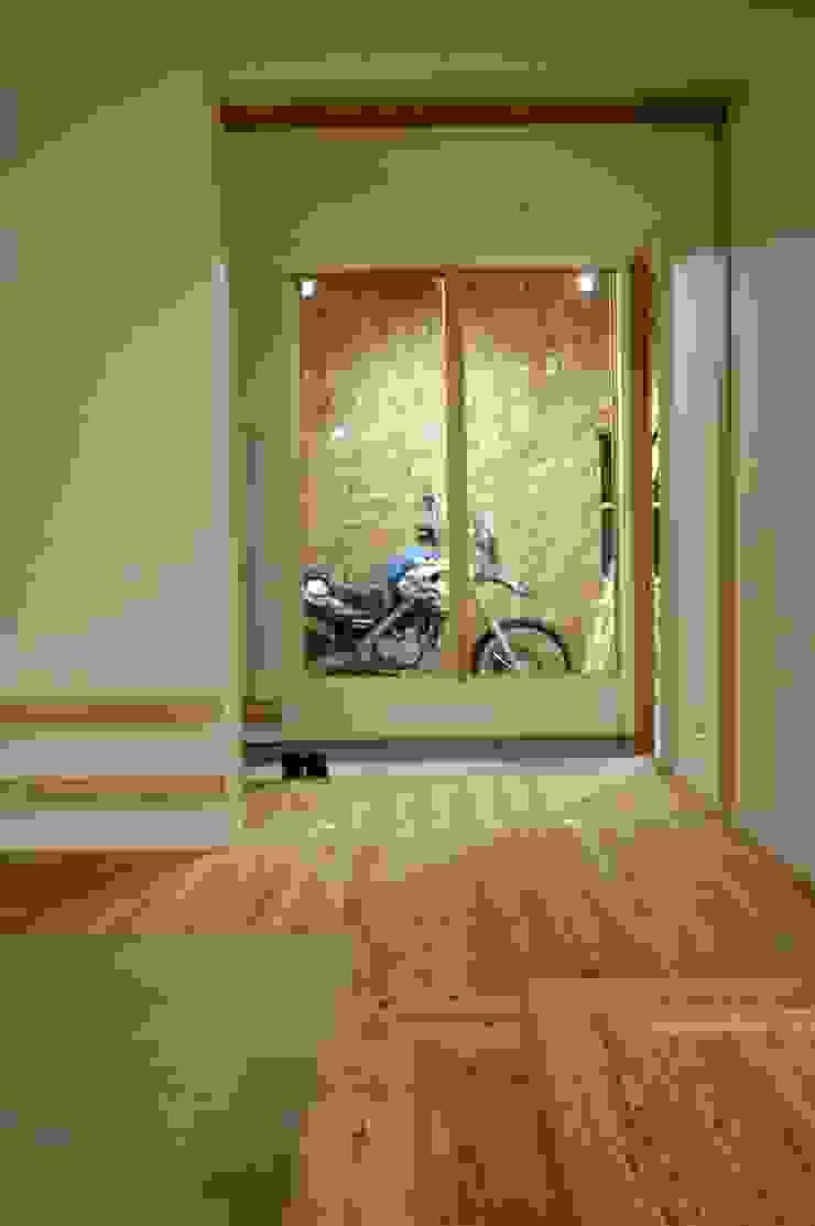 バイク乗りのためのガレージハウス オリジナルデザインの ガレージ・物置 の 徳増建築設計事務所 オリジナル